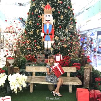 Dekorasi pohon natal di Mall